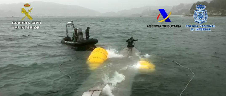 Labores de izado del narcosubmarino intervenido en Galicia.