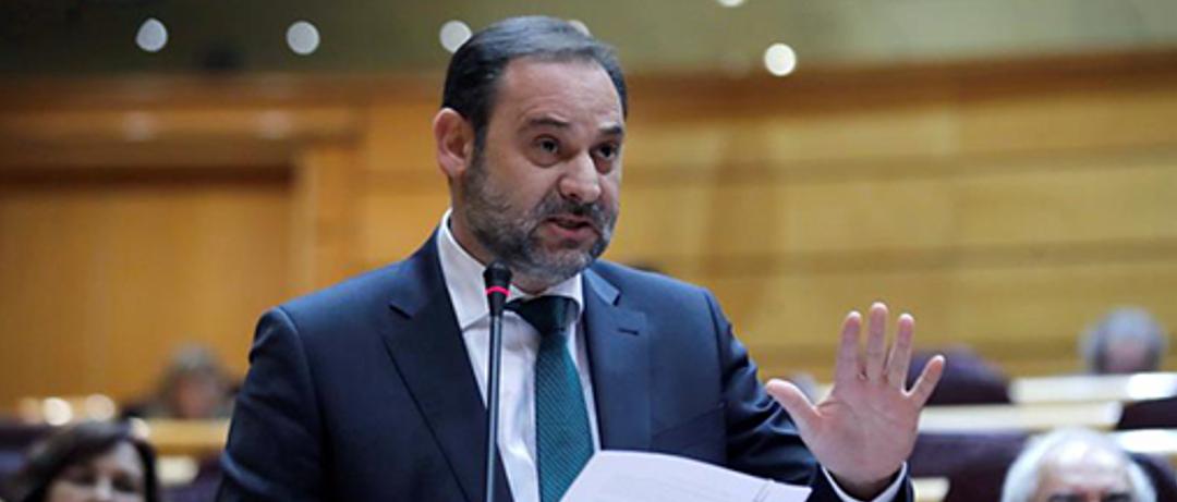 El ministro de Transportes, José Luis Ábalos, compareciendo en el Senado.